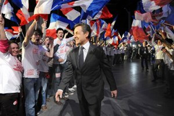Sarkozy prichádza s úsmevom na míting v Bordeaux.