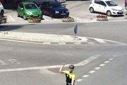 Cyklista mal hodiť kameň priamo do čelného skla nákladného auta.