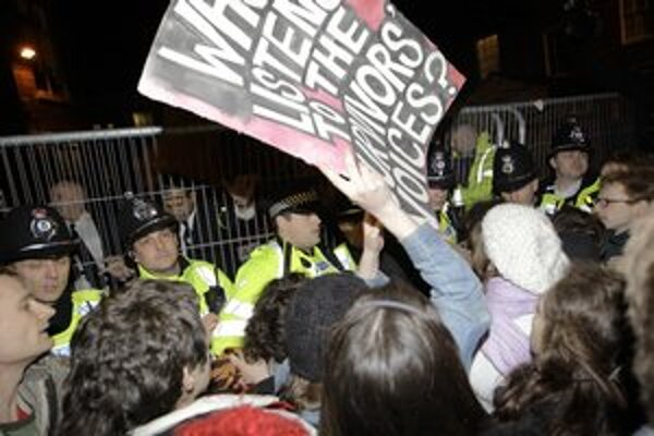 Študenti protestovali v Cambridgei proti Straussovi-Kahnovi.