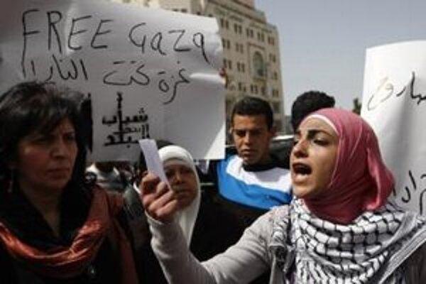 """Žena na demonštrácii kričí """"Sloboda Gaze""""."""