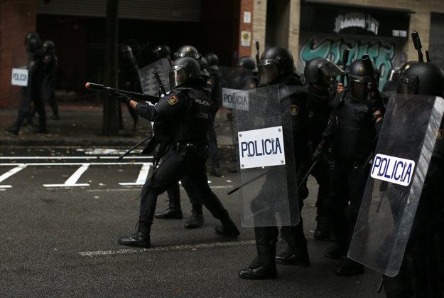 Polícia v uliciach Barcelony.