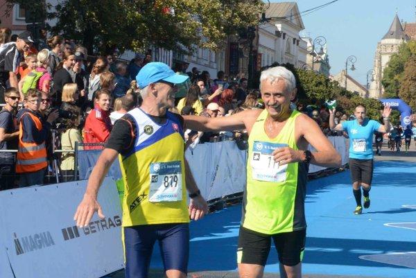 Dobehol si do klubu. Aj M. Dzurinda (vpravo) už má 25 košických maratónov.