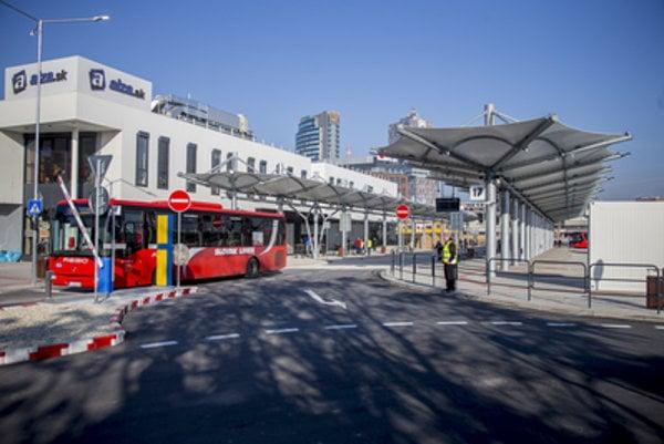 Dočasná autobusová stanica sa zatiaľ cestujúcim páči.