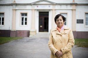Mária Moravčíková pred školou v Modre.