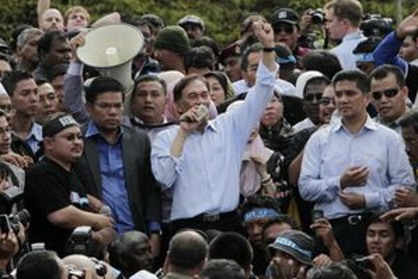 Ibrahim so svojimi prívržencami pred budovou súdu.