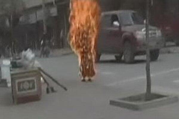 Tibetský mních sa upálil pri policajnej stanici.
