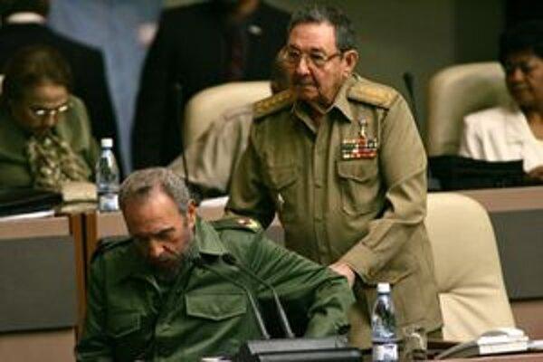 Fidelovi Castrovi pomáha jeho brat Raul.