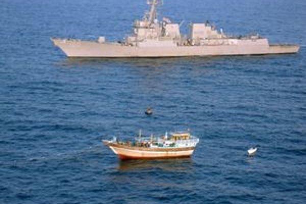 Vojnové plavidlo pri pirátskej lodi.