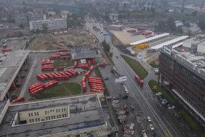 Na snímke vľavo stará autobusová stanica a vľavo náhradná autobusová stanica na Bottovej ulici v Bratislave.
