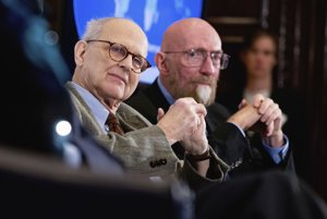 Zľava: Rainer Weiss a Kip Thorne.