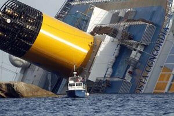 Potápači stále hľadajú telá nezvestných pasažierov.