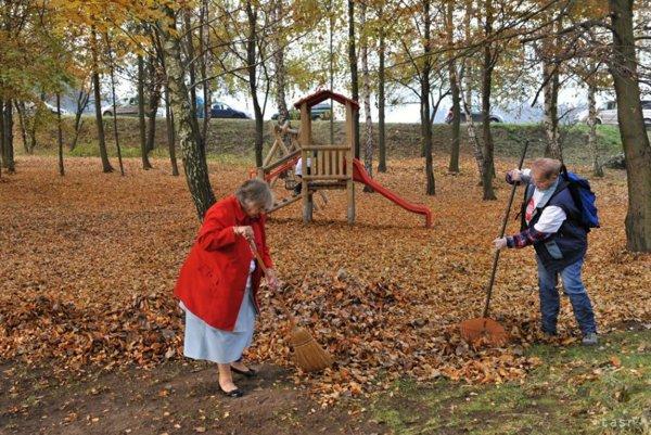 Jednou z októbrových akcíí je aj jesenná očista Jahodníckych hájov.