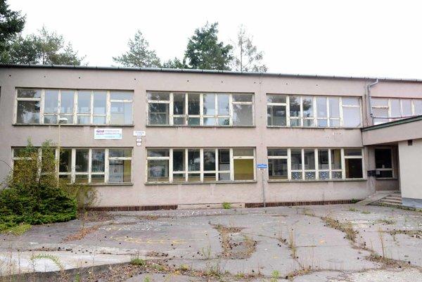 Vstup do školy. Študenti naposledy vstúpili do budovy na Petzvalovej ulici vlani.