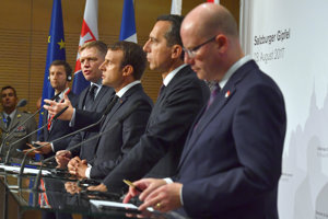 Stretnutie lídrov v Salzburgu. Rakúsky premiér Kern, český Sobotka, slovenský Fico a francúzsky prezident Macron.