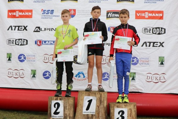 Sebastián Belicaj (v strede) ovládol všetky tri disciplíny majstrovstiev Slovenska v letnom biatlone.
