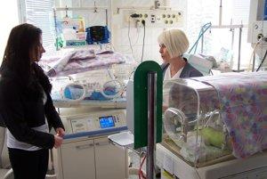 Na novorodeneckom oddelení pri inkubátoroch.