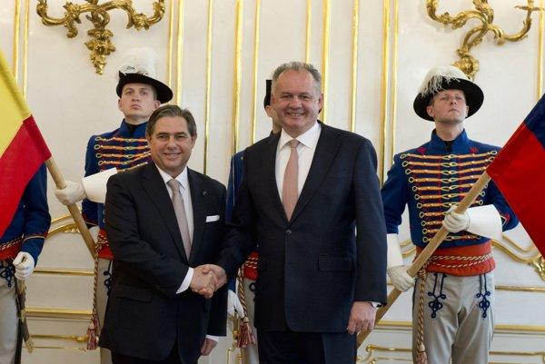 Španielsky veľvyslanec Luis Belzuz s prezidentom Andrejom Kiskom.