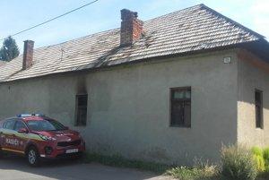 V tomto dome zomreli pri požiari dvaja ľudia.