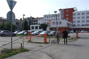 Časť parkoviska (vľavo) predtým patrila mestu. Hotel tu chcel stavať. Jeho konateľ tvrdí, že zámer je stále aktuálny.