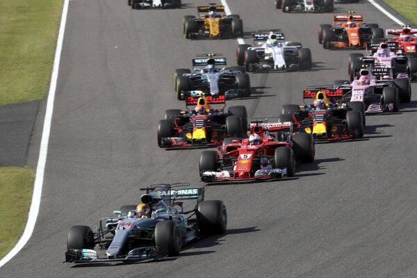 Lewis Hamilton vchádza do prvej zákruty.