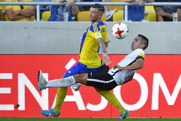 Ivan Santiagio Díaz (vpravo) v súboji o loptu s hráčom Dunajskej Stredy Erikom Pačindom.