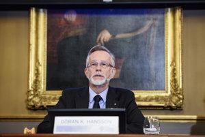 Na fotografii z roku 2015 je Goran K. Hansson, stály tajomník Kráľovskej švédskej akadémie vied, počas vyhlasovania laureáta Ceny Švédskej ríšskej banky za ekonomické vedy na pamiatku Alfreda Nobela.