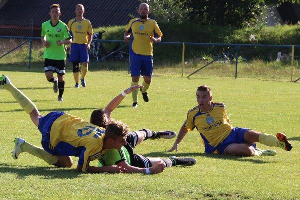 Hráči Trstenej (v žltom) dostali debakel 6:0 v Kysuckom Novom Meste.