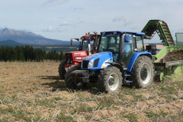 Poľnohospodári majú pri práci pekné výhľady. Raz je to Kriváň, inokedy Choč. FOTO: (HOR)