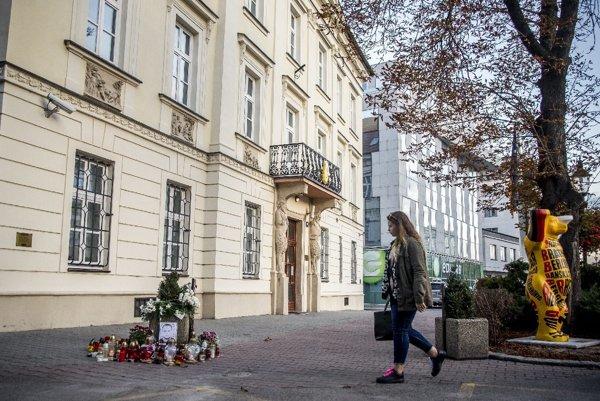 Ľudia nosia na miesto v centre Bratislavy, kde Branislav Balucha zomrel, sviečky a kvety.