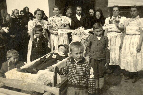 Pohreb dieťaťa z obce Čerín pri Banskej Bystrici v 1. polovici 20. storočia.
