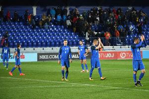 Mladí Slováci po zápase ďakovali fanúšikom.