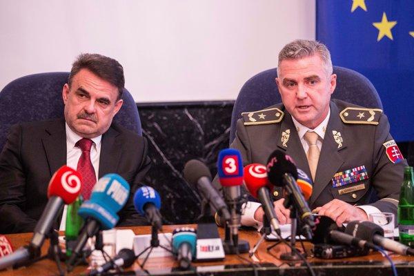Zľava generálny prokurátor Jaromír Čižnár a prezident Policajného zboru SR Tibor Gašpar.