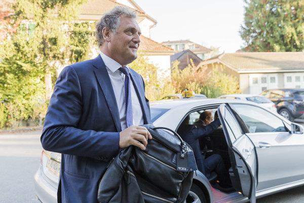 Bývalý generálny tajomník FIFA Jerome Valcke prichádza na Arbitrážny súd pre šport (CAS).