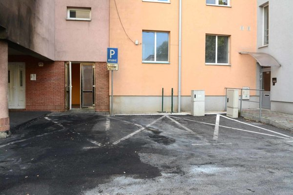 Tri parkovacie miesta. Dve vpravo patria Gmitterovi, tretie vľavo spoločenstvu.