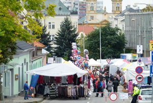 V centre Levíc si rozložia stánky ľudoví remeselníci a predajcovia.