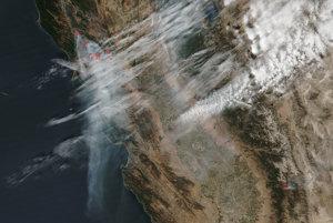 Záber zo satelitu NASA ukazuje niekoľko požiarov v Kalifornii, ktoré zahaľujú riasové oblaky.