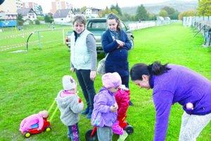 Susedky s deťmi. Na udalosť roka sa chystajú aj obyvateľky Medzeva, ktoré bývajú v blízkosti športového areálu.