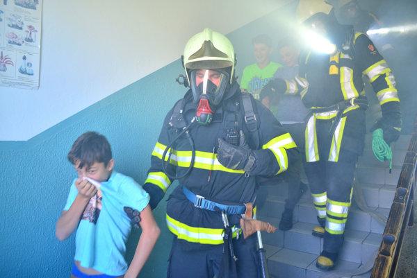 Evakuácia nájdených nezvestných žiakov.
