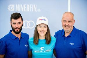 Lyžiarka Petra Vlhová s bratom Borisom (vľavo) a otcom Igorom na TB pred začiatkom novej sezóny.