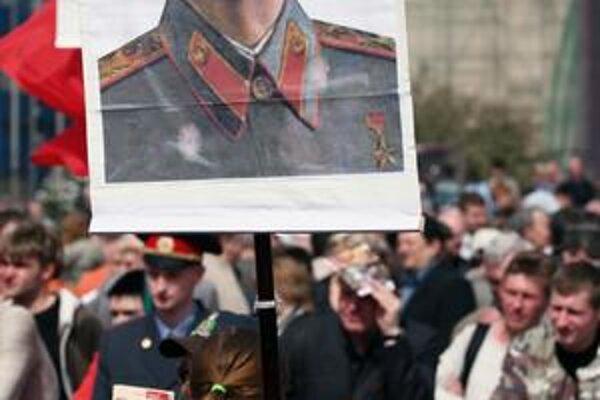 Rusi vždy na 1. mája vyjdú do ulíc s portrétmi sovietskych vodcov  Lenina i Stalina.