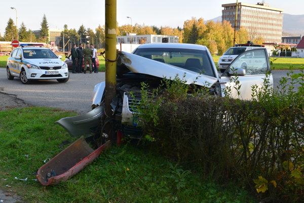 Auto po nehode v stĺpe.
