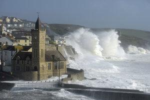 Obrovské vlny bičujú pobrežie v meste Porthleven na juhozápade Anglicka.
