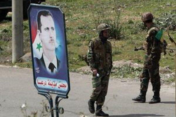 Armáda v pohotovosti pri portréte prezidenta Asada.