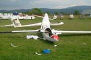 Poškodené vetrone na prievidzskom letisku.