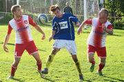 Futbalisti Žaškova (bielo-červených dresoch) doma nečakane vyhrali s Pribišom 2:0.