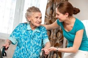 Opatrovanie starších ľudí v ich dome im má pomôcť k duševnej pohode. Bez terénnych opatrovateľov to už nebude možné.