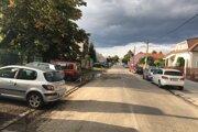 Hajdóczyho  ulica v Trnave. Pred Sláviou majú problém so zaparkovanými autami.