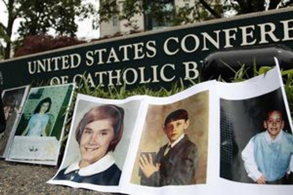 Pred centrálou amerických katolíkov demonštranti umiestnili fotografie detí, ktoré kňazi zneužívali.