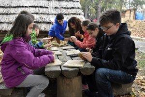 Na snímke deti z miestnych škôl pri tvarovaní hliny.