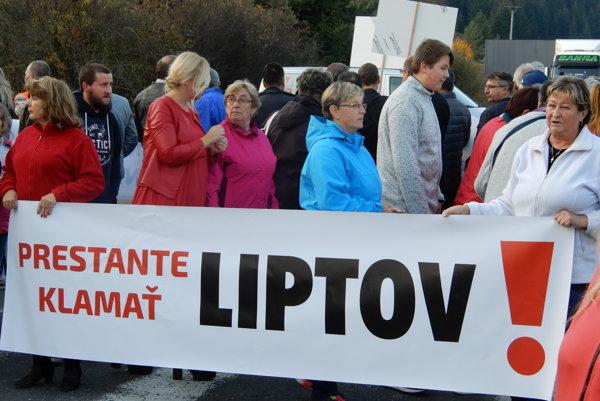 Účastníci blokády počas blokovania cesty v Liptovskej Osade v rámci protestu za urýchlenie dostavby diaľnice R1 Ružomberok - Banská Bystrica.